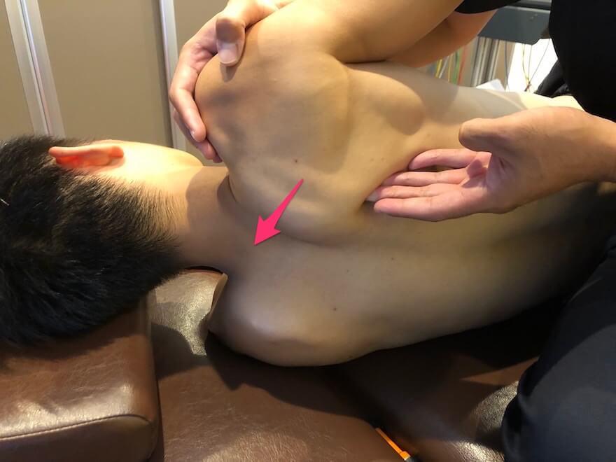 男性の肩甲骨をマッサージ