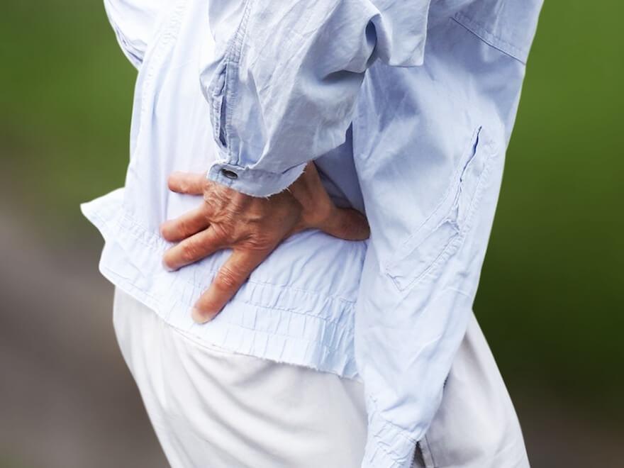 腰痛に苦しむ高齢者
